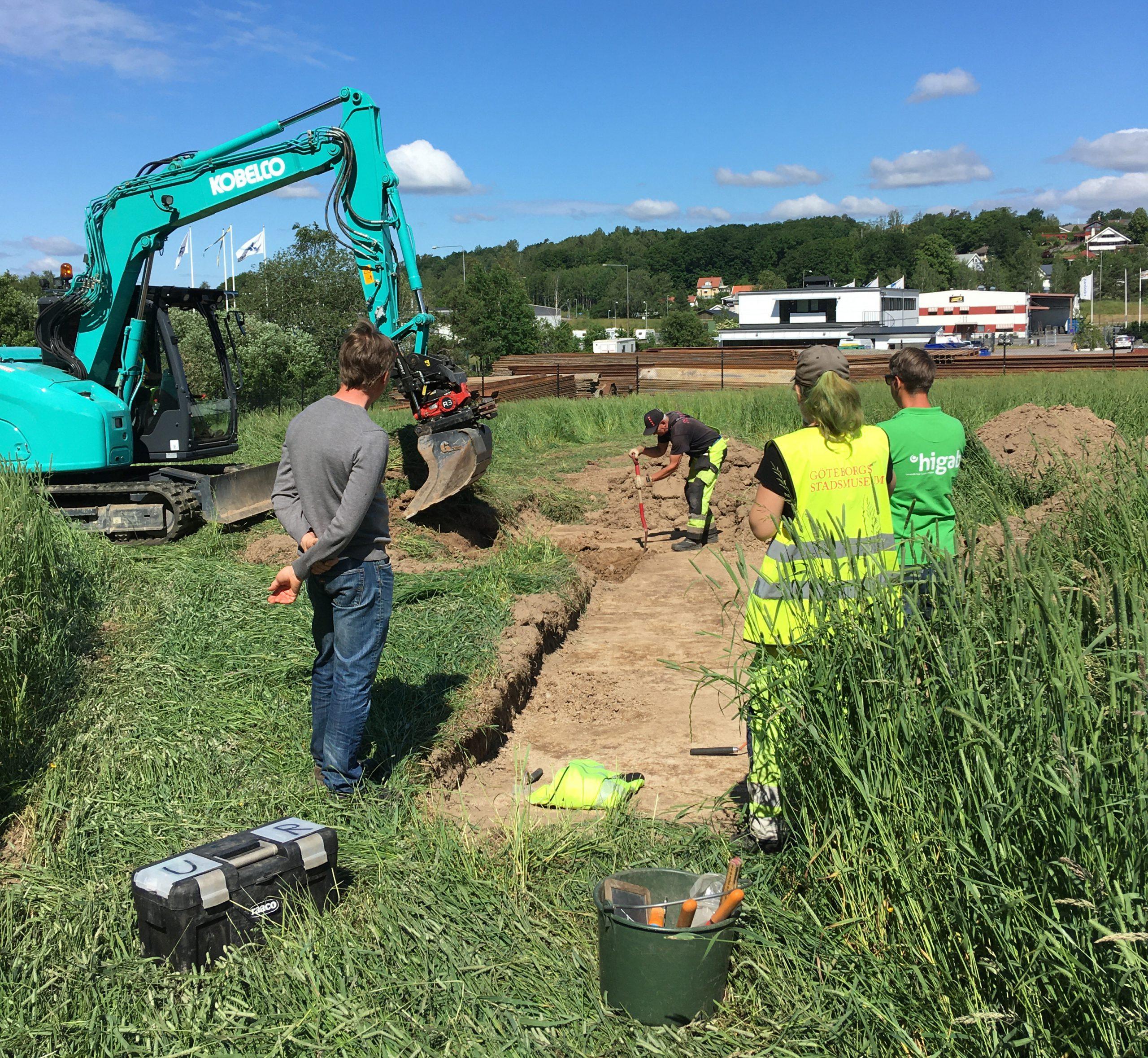 Arkeologisk utredning med grävskopa i Äspered