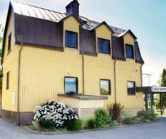 Utsidan av det gula plåthuset på Östra Skärvallsgatan 1.