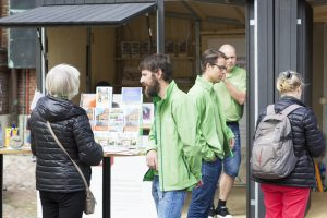 Higab-medarbetare och besökare på Kulturkalaset pratar utanför en bod