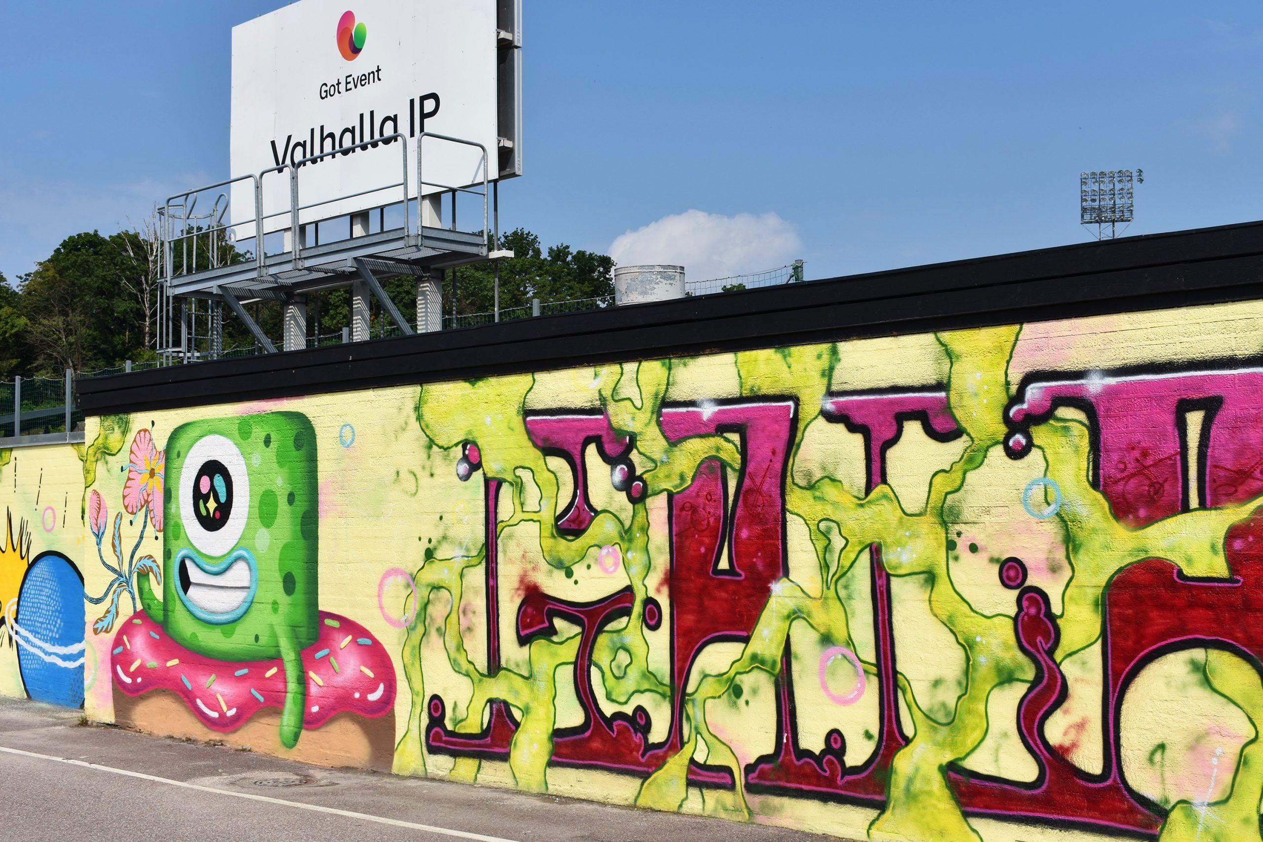 Färgglad målning på mur utanför Valhalla IP