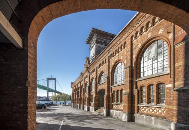 En byggnad på Sockerbruket och Älvsborgsbron fotograferat genom ett valv