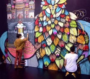 Konstnärerna Koralie och SupaKitch uppför ett verk i Tyskland (Foto: Artscape)