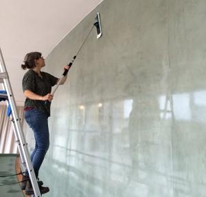 Konservator Christina Heberlein polerar upp de matta ytorna till ny glans.