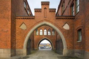 Den röda tegelportalen till Kvibergs Kaserner