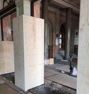 Väggar och pelare skyddas.