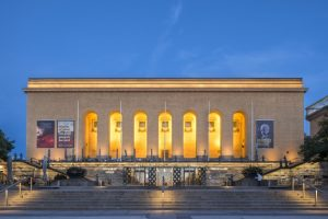 Göteborgs konstmuseum vid Götaplatsen är upplyst under kvällstid