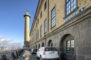 Sjöfartsmuseets fasad och Sjömanstornet mot Oscarsleden