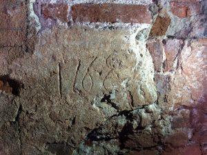 Inristning av årtalet 1768 på vägg.