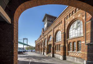 Tegelportal i Sockerbruket med Älvsborgsbron som skymtar i bakgrunden
