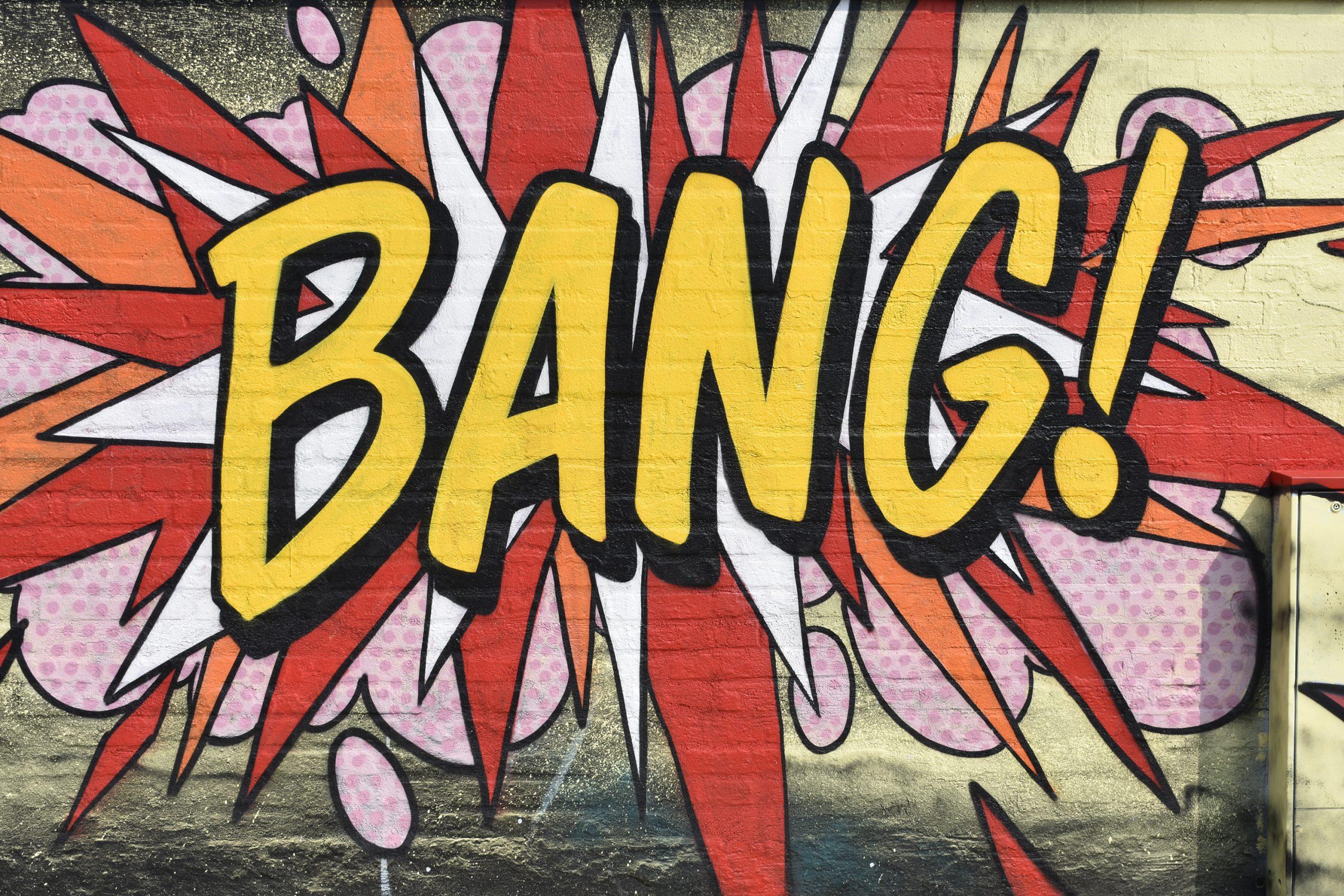 """Färgglad muralmålning med texten """"bang""""."""