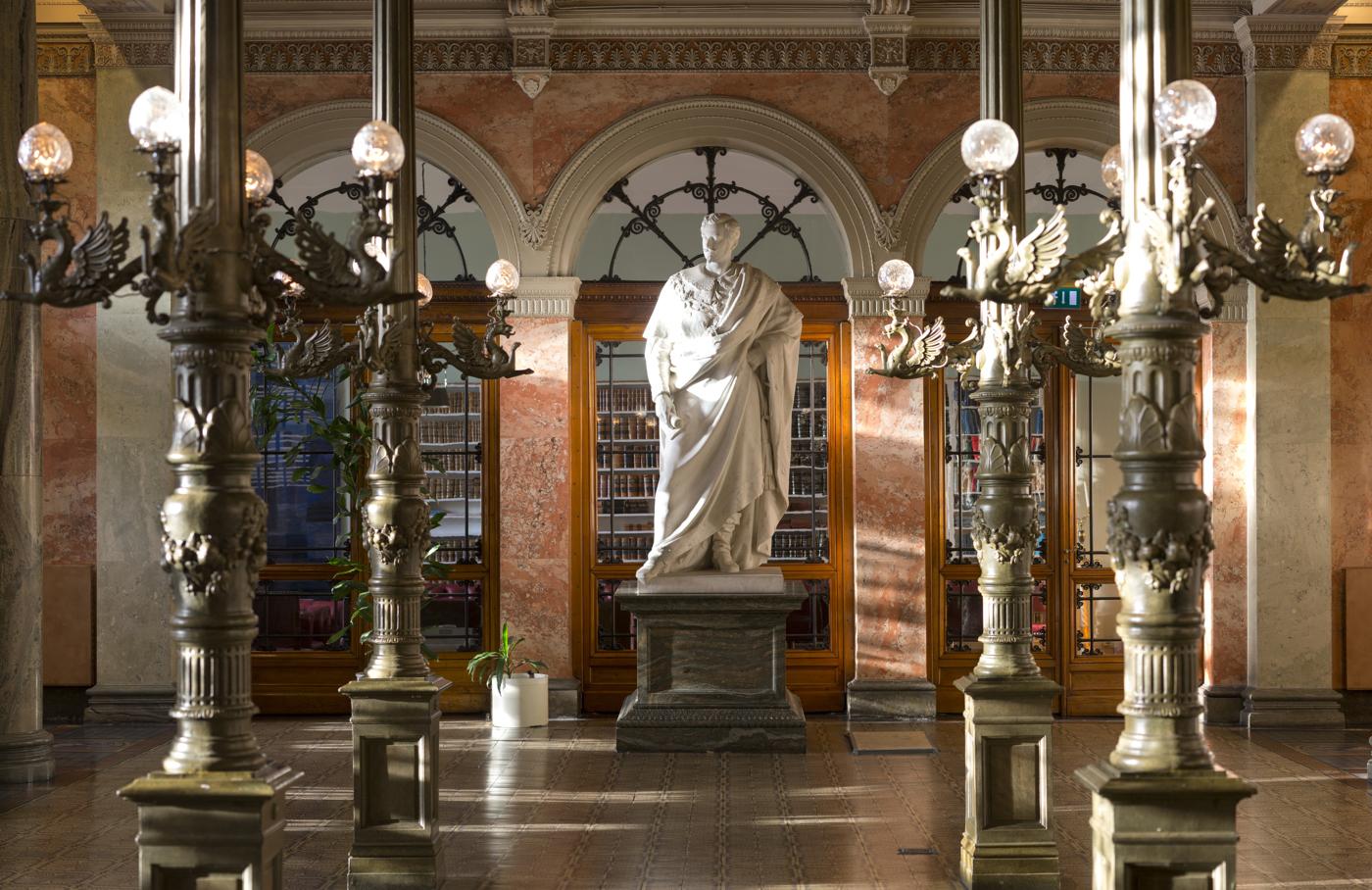 Staty av Oscar I i entréhallen i Börsen.