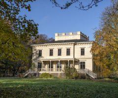 Höstfärgad trädgård utanför Billdals Gård.