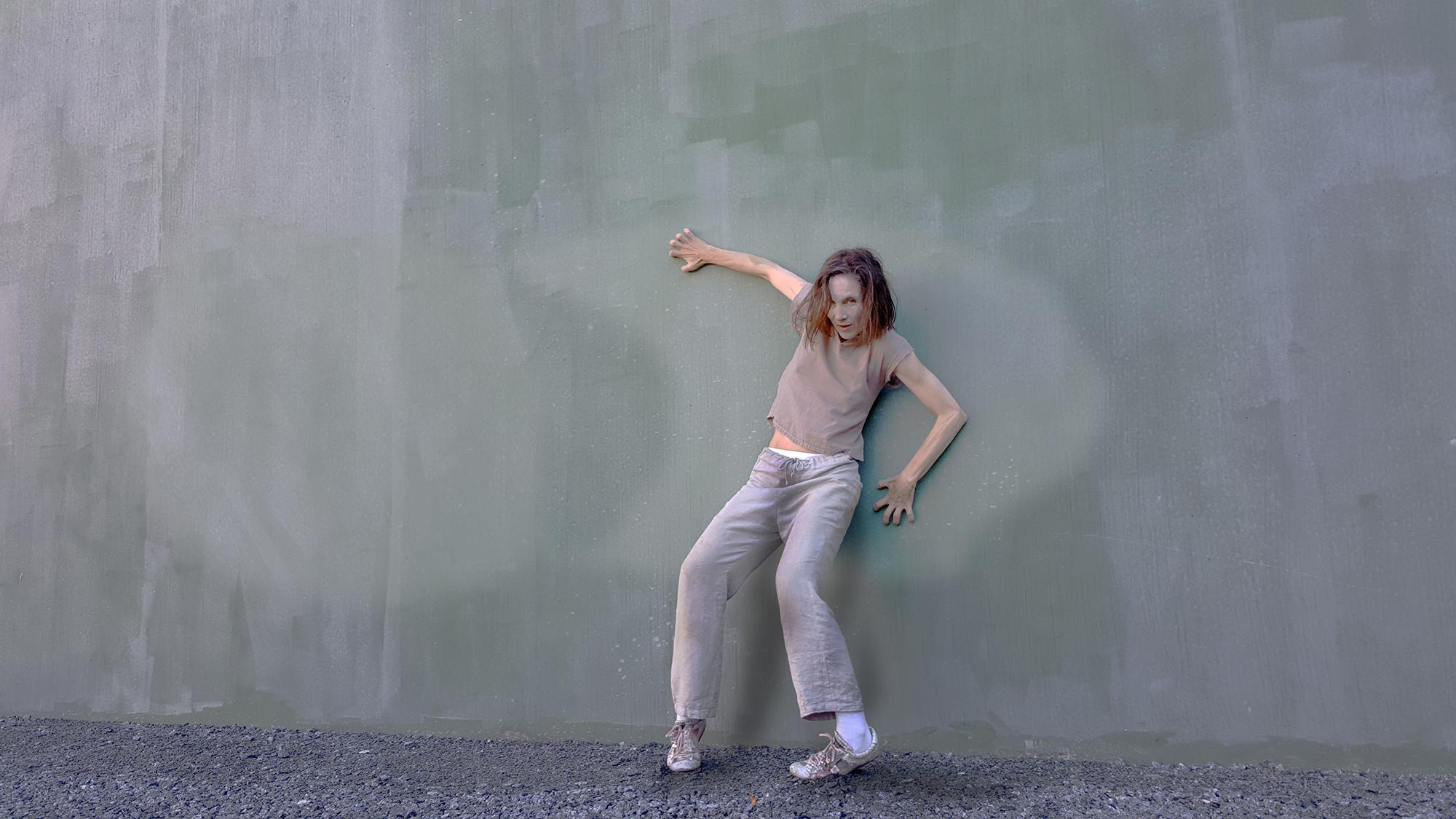 Pressbild på Carmen Olsson som gör danspose mot vägg