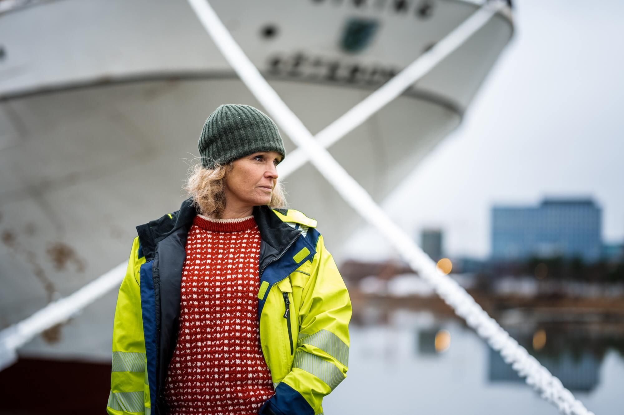 Higabs projektledare Karin Lottkärr framför Barken Viking.