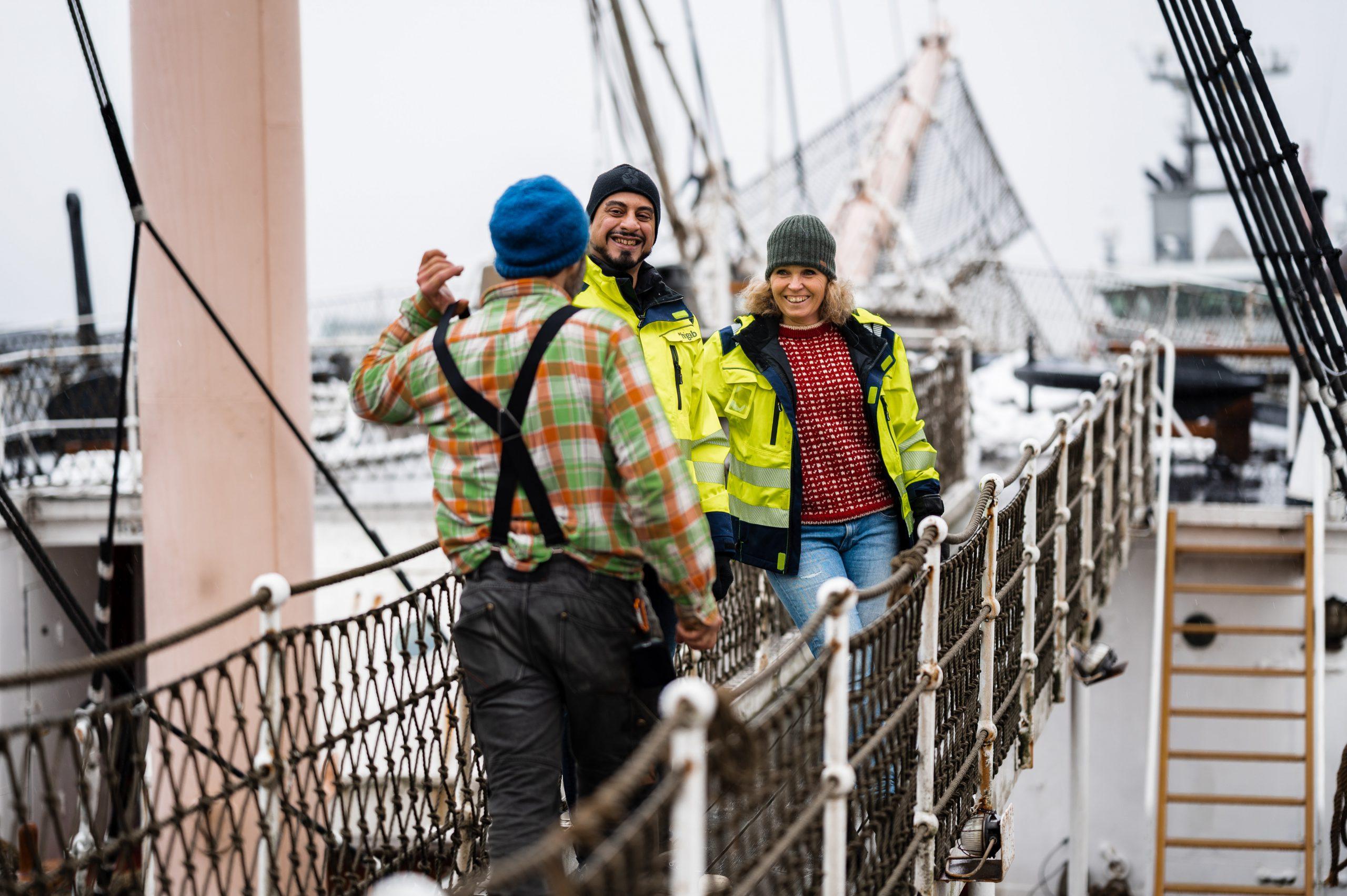 Siman Jasim och projektledare Karin Lottkärr ler framför Barken Viking.