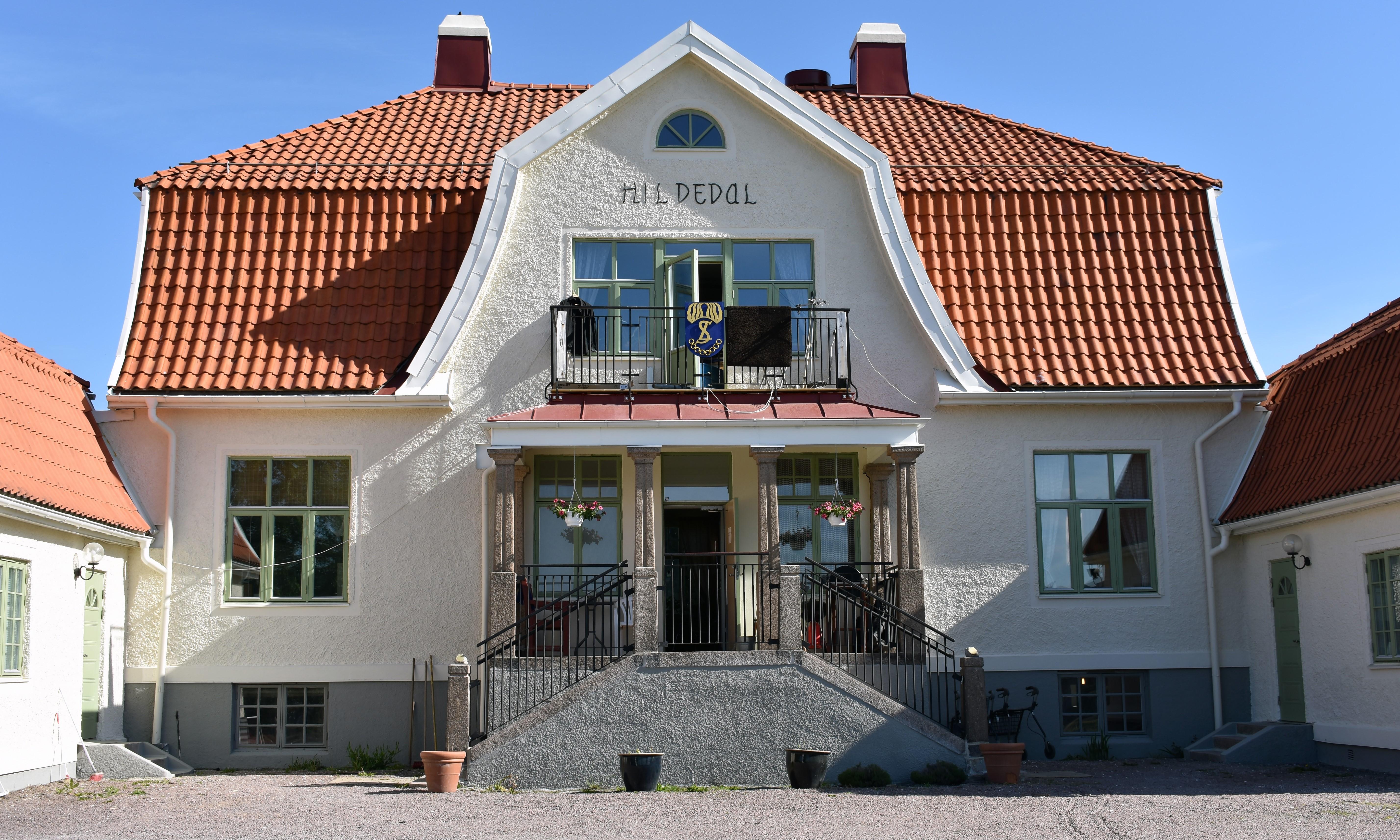Framsidan av den stora vita stenbyggnaden på Hildedals Gård.