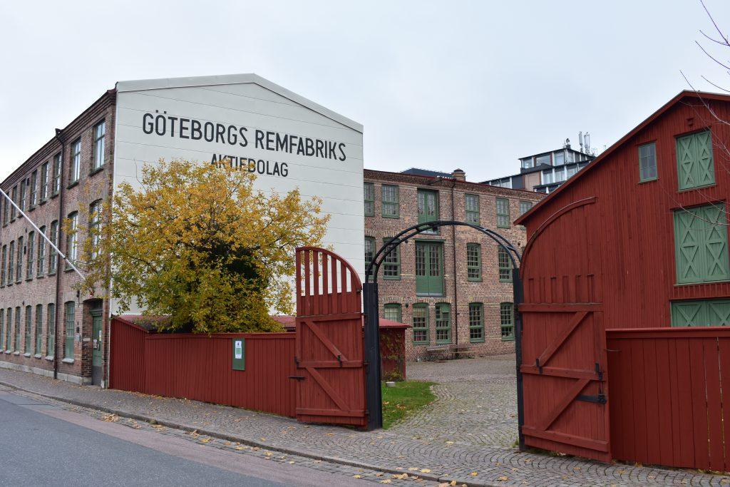 Utanför entrén och planket till Remfabriken