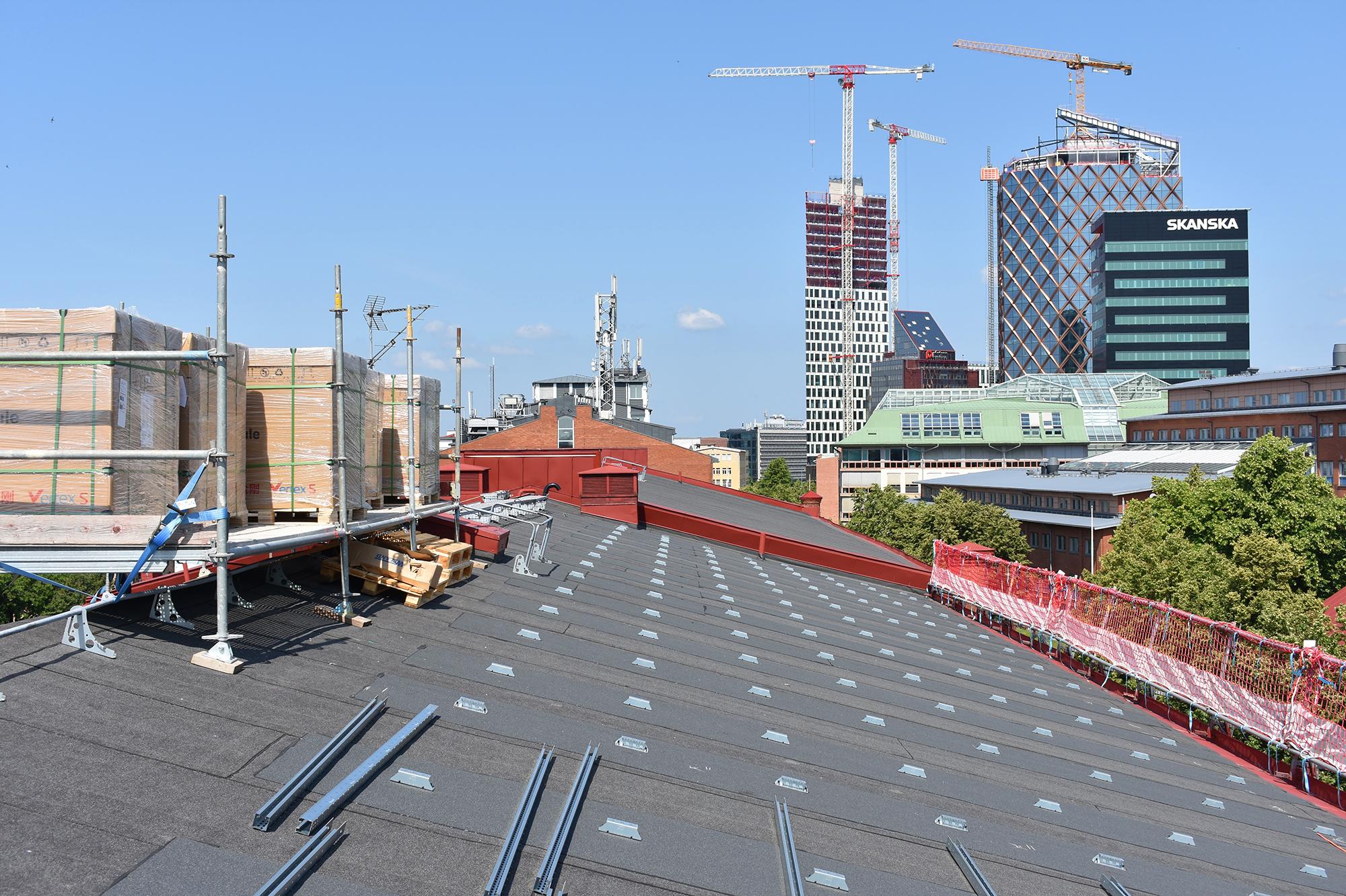 Utsikt från tak på Åvägen 17 mot andra nybyggnationer i Gårda.