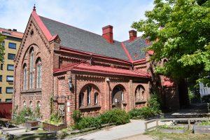 Utsidan av den röda tegelbyggnaden Daghem Folke Bernadottes Gata.