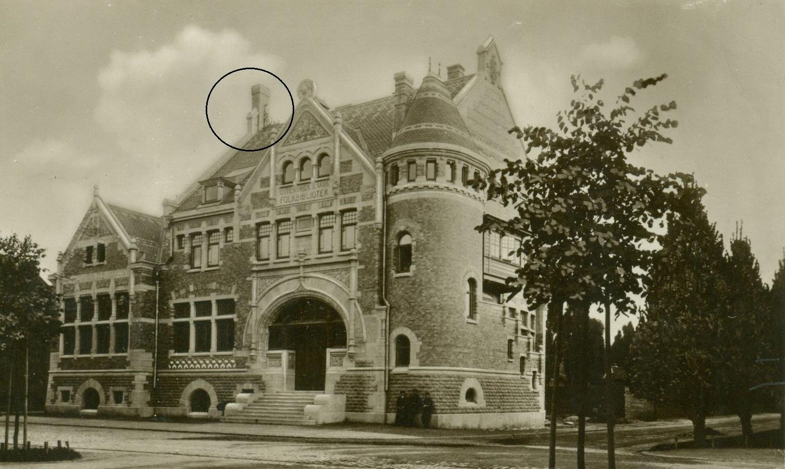 Dicksonska Folkbiblioteket i början av 1900-talet. Skorstenen som ska återskapas är inringad.