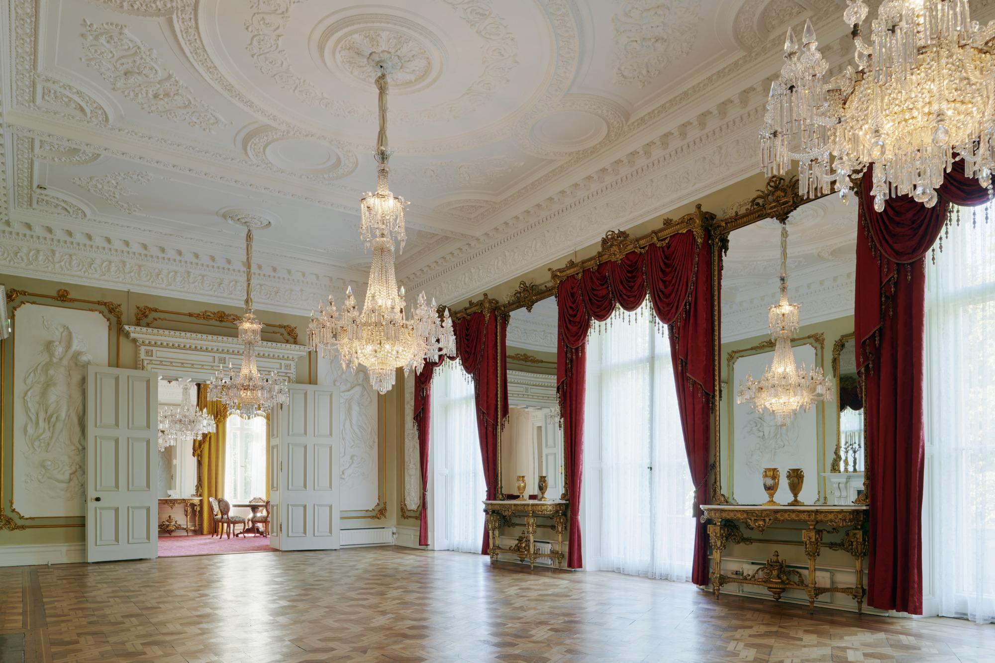 En av Dicksonska Palatsets välbevarade festsalar.