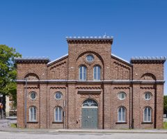 Utsidan av den röda tegelbyggnaden Exercishuset.
