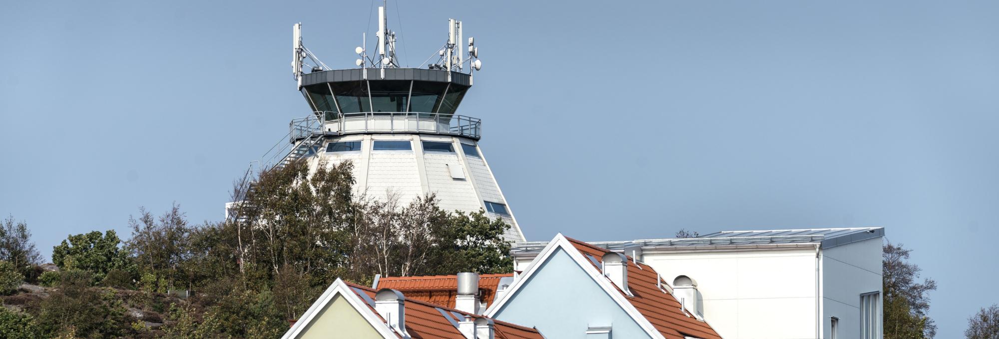 Taket på bostadshus och Flygledartornet.