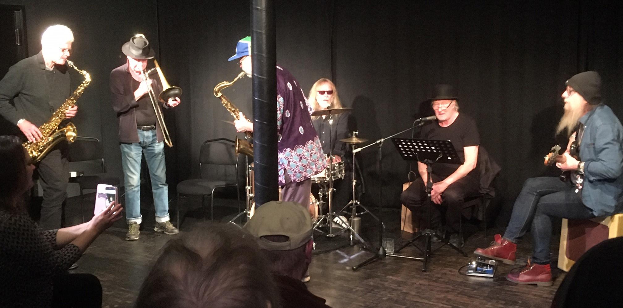 Musiker uppträder på en scen.