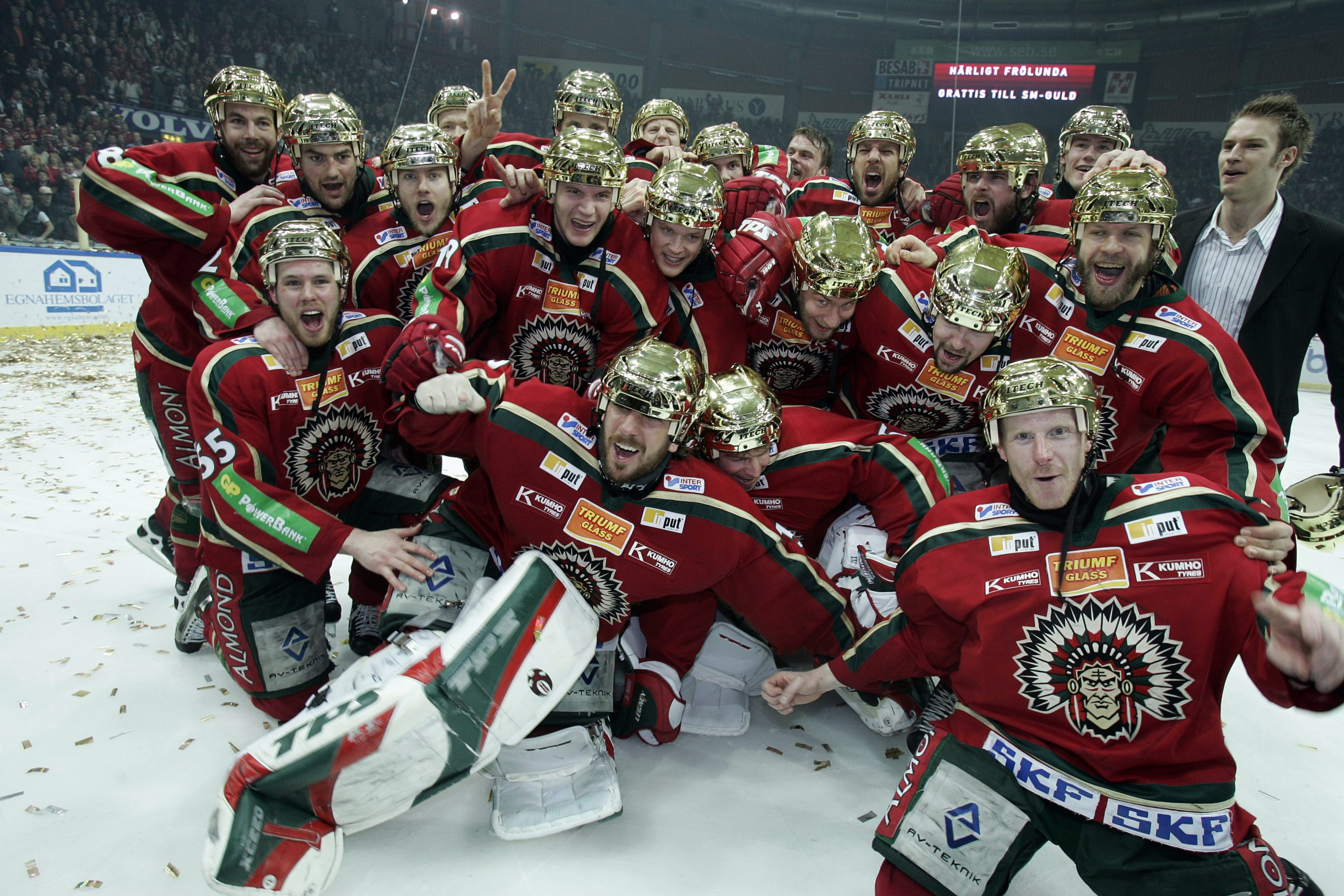 Spelarna i Frölunda HC firar på isen.