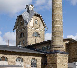 Slakthusets skorsten och torn i gult tegel
