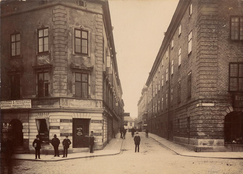 Fotofrån 1888. Radheska Huset till vänster och Ostindiska Huset (nuvarande Göteborgs stadsmuseum) till höger.