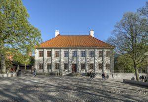 Framsidan av det gråa trähuset Gathenhielmska Huset vid Stigbergstorget