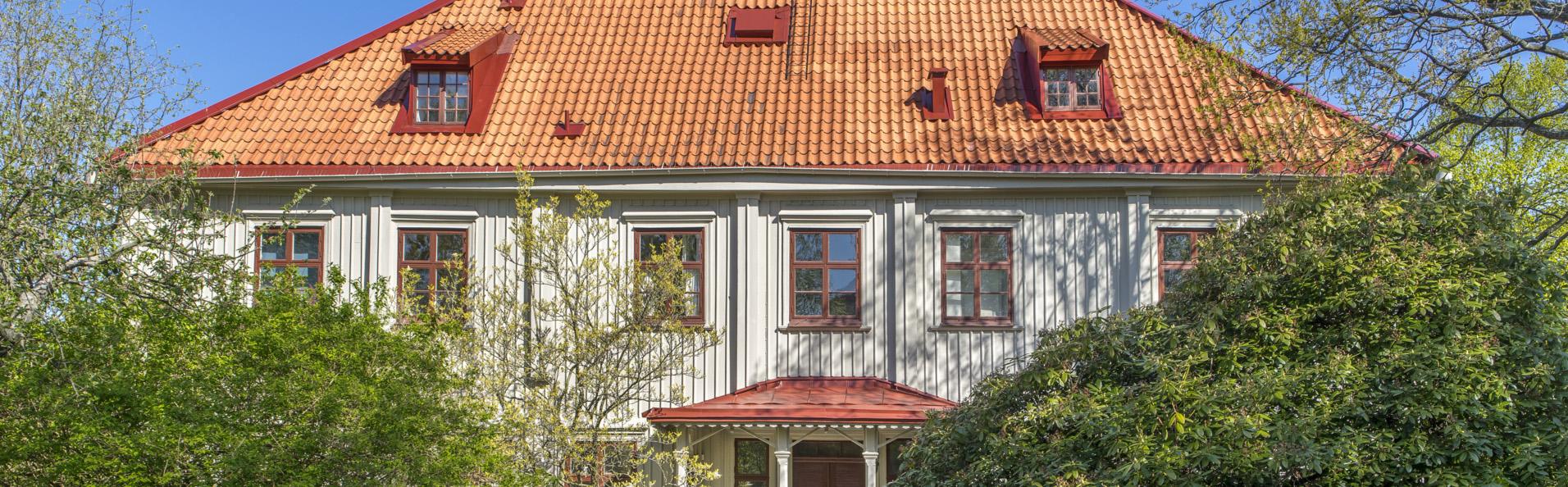 Baksidan av Gathenhielmska Huset med grönska.