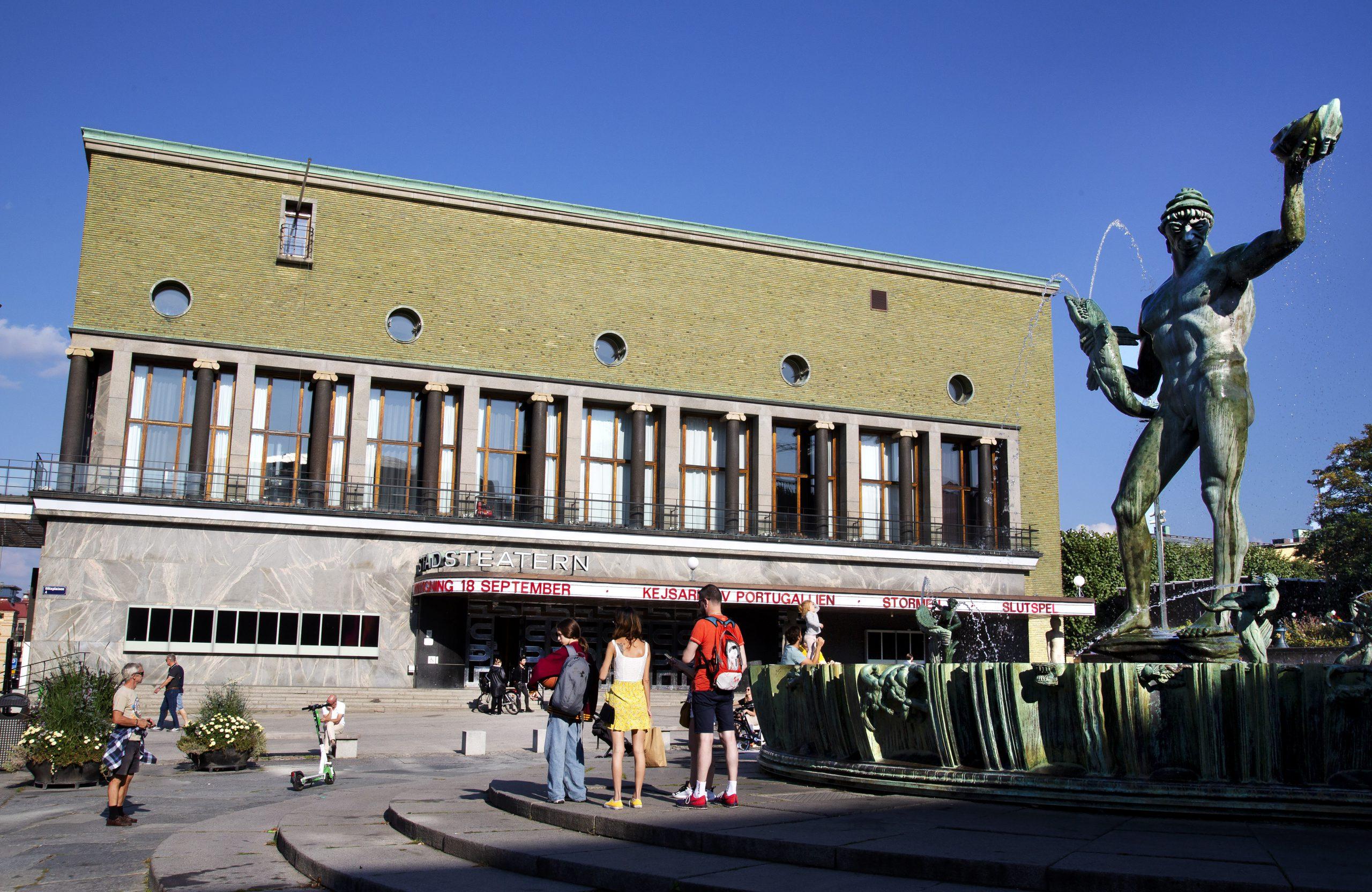 Folk i rörelse framför Göteborgs Stadsteater och Poseidon-statyn.