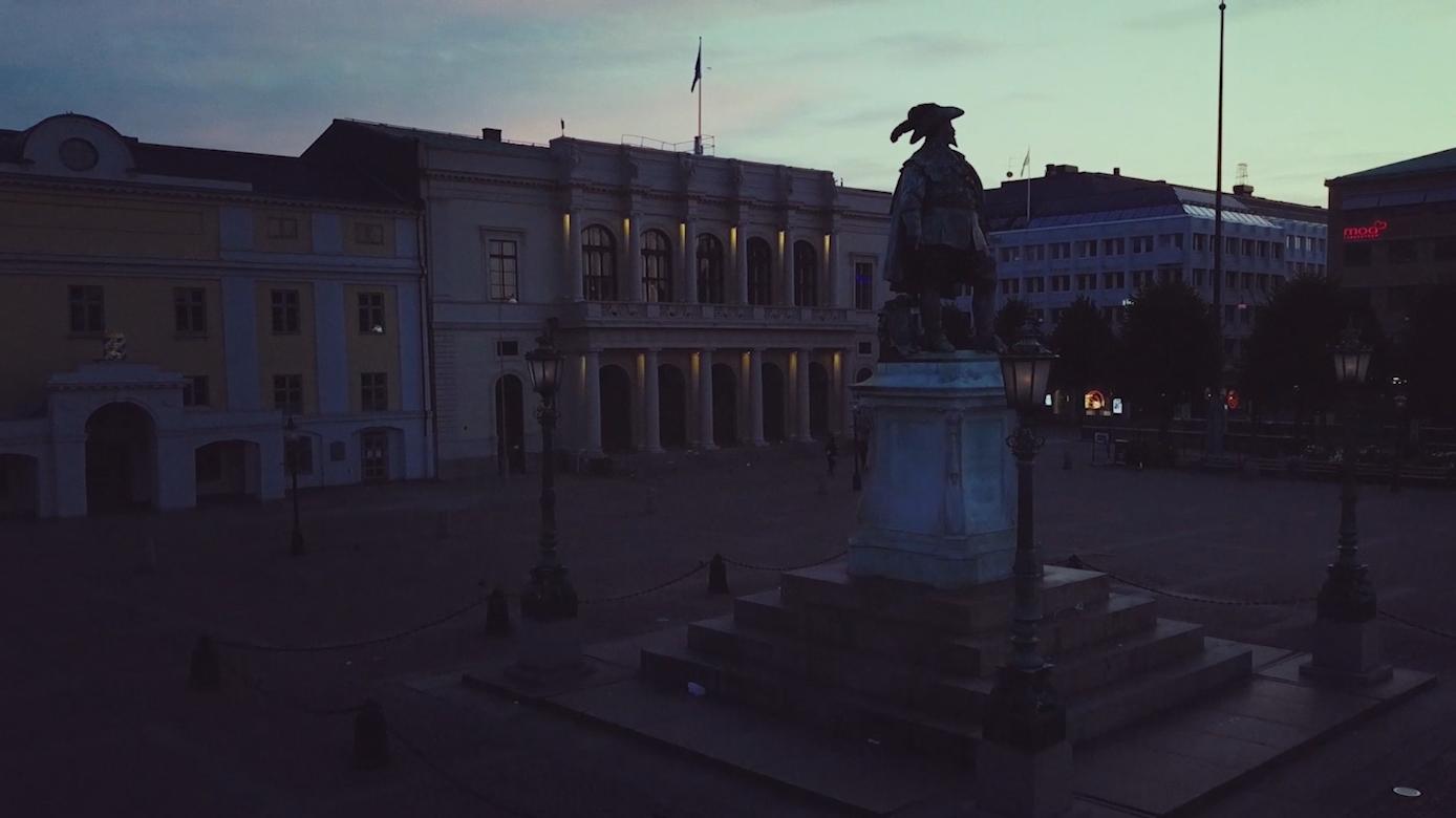 Ett mörklagt Gustaf Adolfs Torg