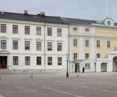 Framsidan av Kvarteret Högvakten på Gustaf Adolfs Torg.