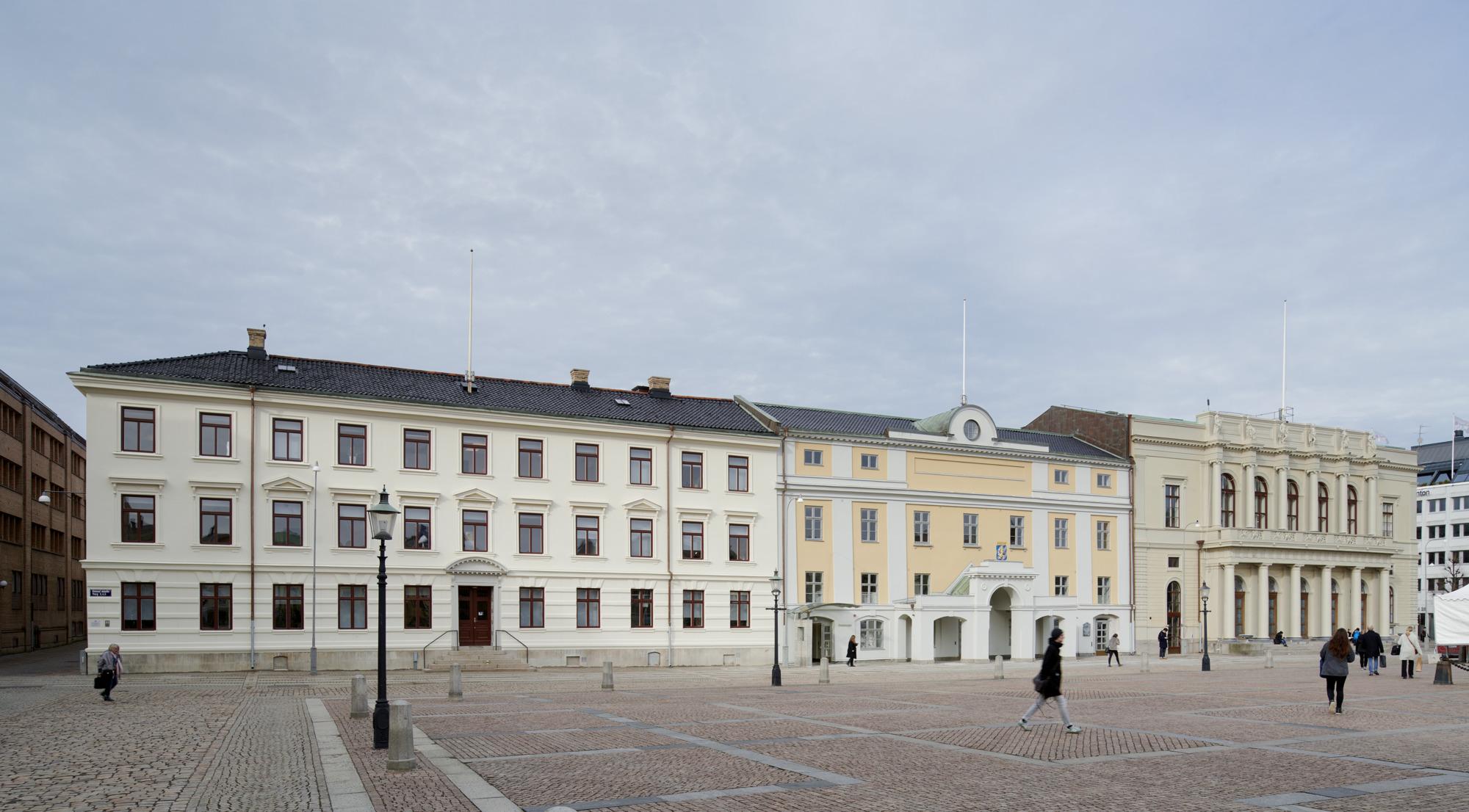 Exteriörbild på Wenngrenska Huset, Stadshuset och Börsen med Gustaf Adolfs Torg i förgrunden
