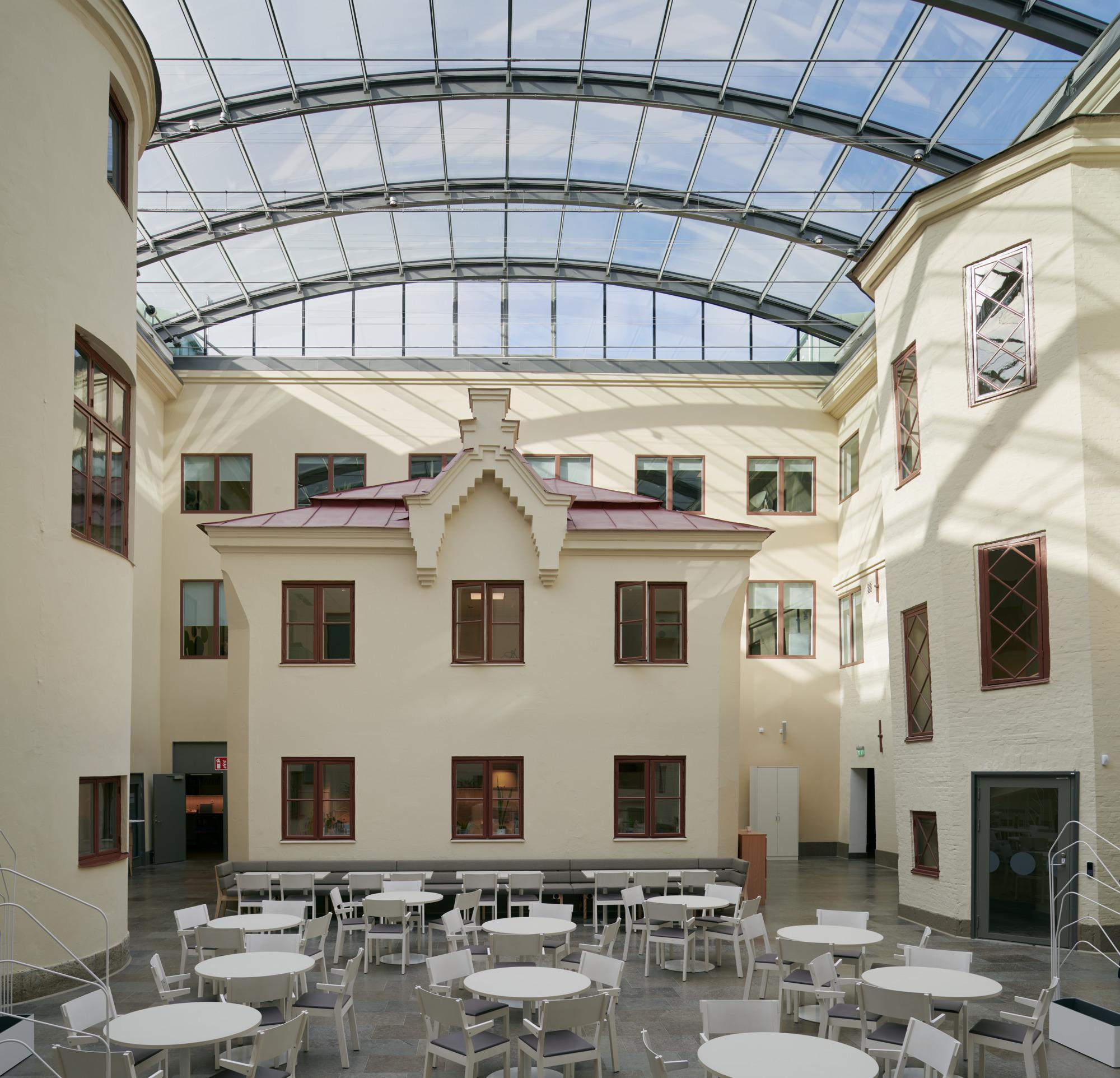 Wenngrenska Husets innergård med glastak, bord och stolar