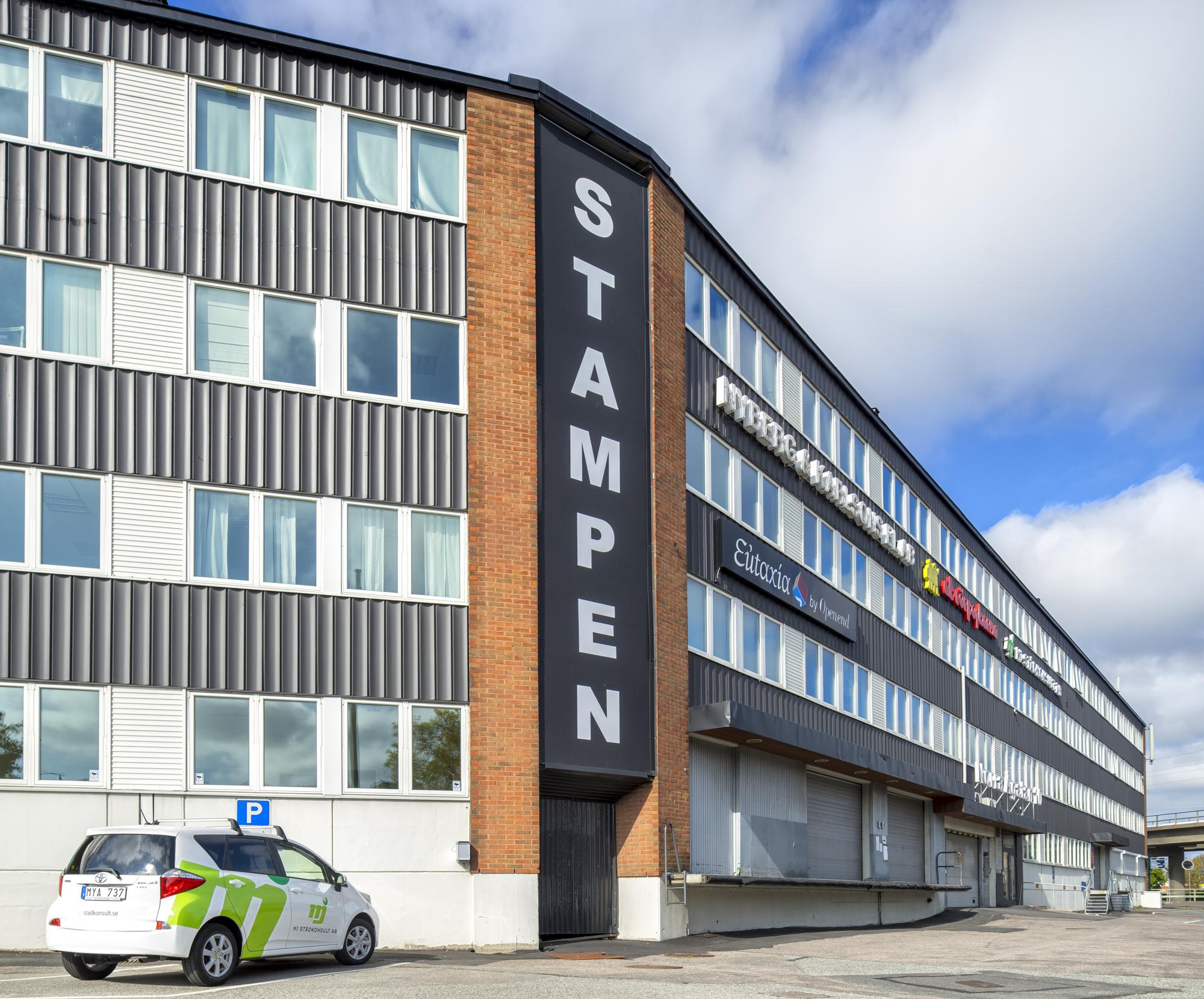 Hantverkshuset Stampens fasad. Framför står en bil parkerad.