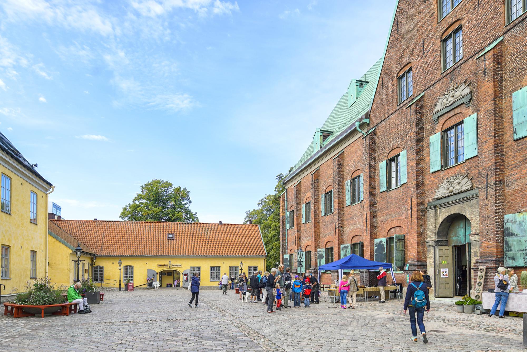 Samling av människor på gården framför Kronhuset.