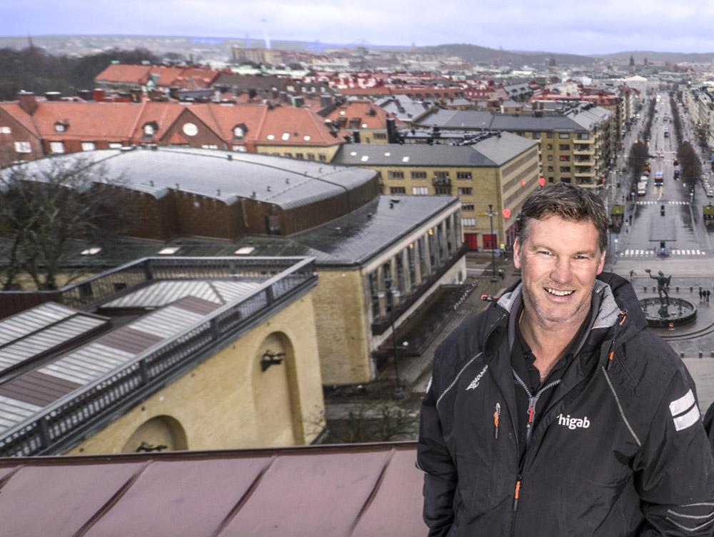 Higab-medarbetare står på taket till Göteborgs konstmuseum