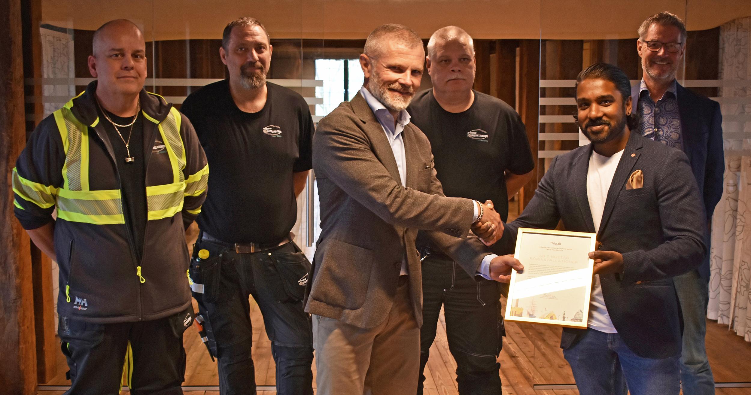 Higabs vd delar ut pris till medarbetare på Tingstad Rörinstallationer i Kronhuset.