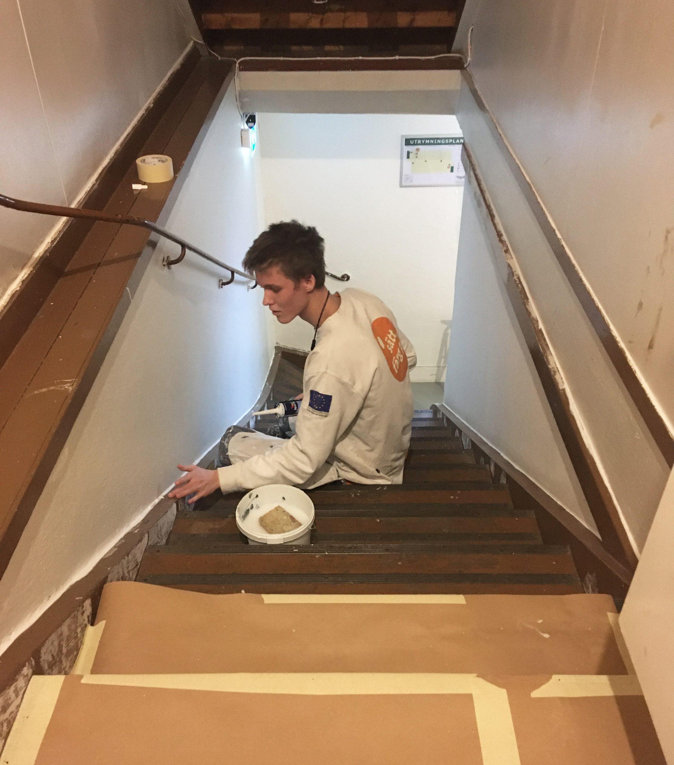 Deltagare från Sätt färg på Göteborg målar en trappa