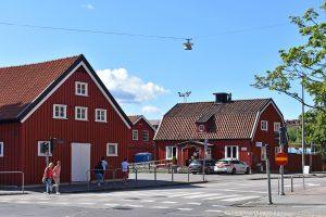 Utanför de röda trähusen Idrottsgården vid Heden.