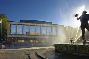 Kvällsbild på Göteborgs konserthus med Poseidonstatyn framför