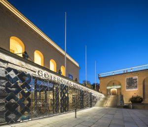 Kvällsbild från sidan på Göteborgs konstmuseums och konsthalls entréer