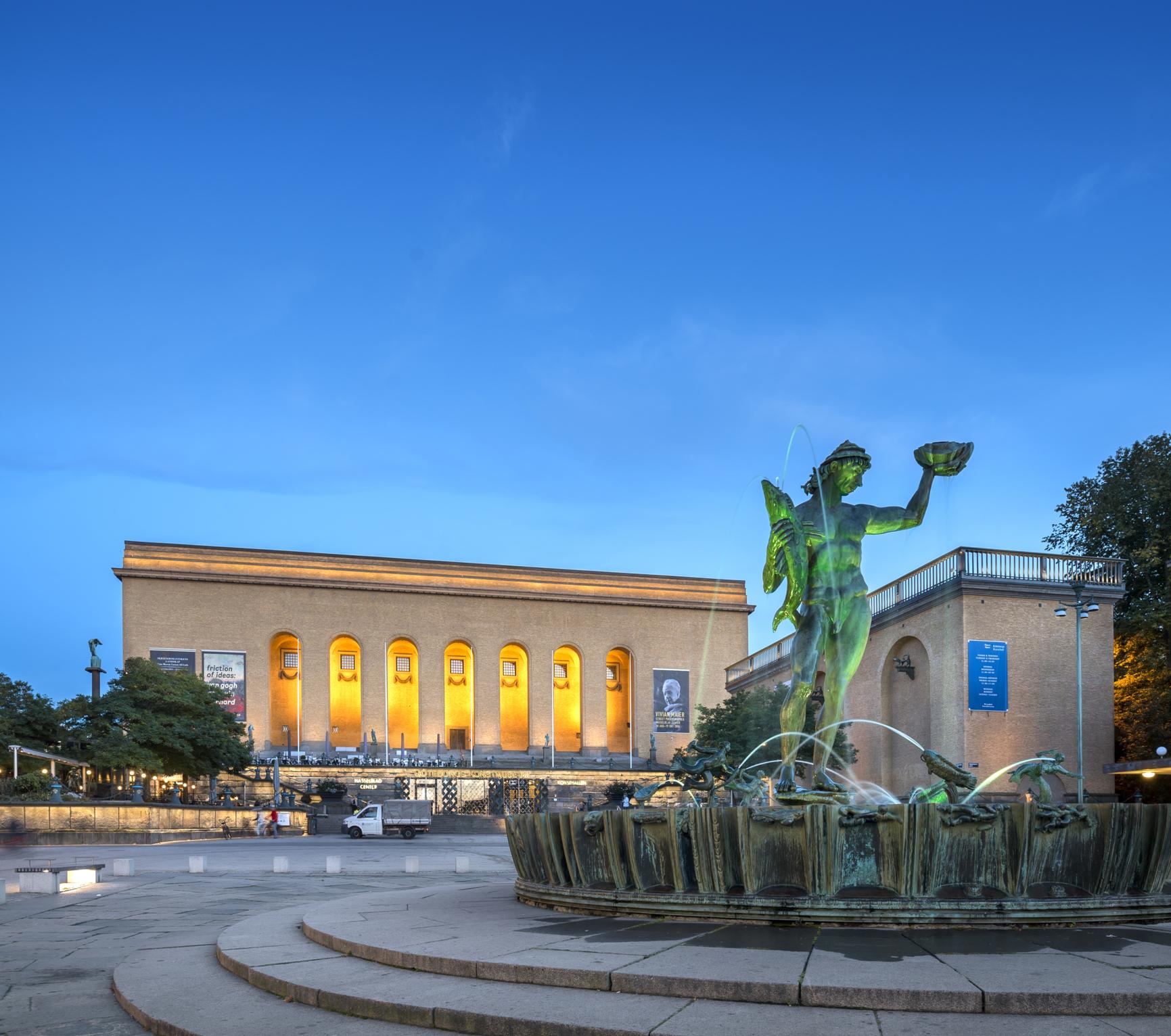 Kvällsbild på Poseidon-statyn och Göteborgs konstmuseum vid Götaplatsen