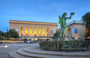 Poseidon-statyn och Göteborgs konstmuseum lyser upp vid Götaplatsen.