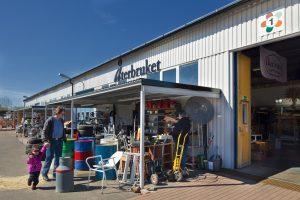Utanför återbrukslokal i Kretsloppsparken Alelyckan.