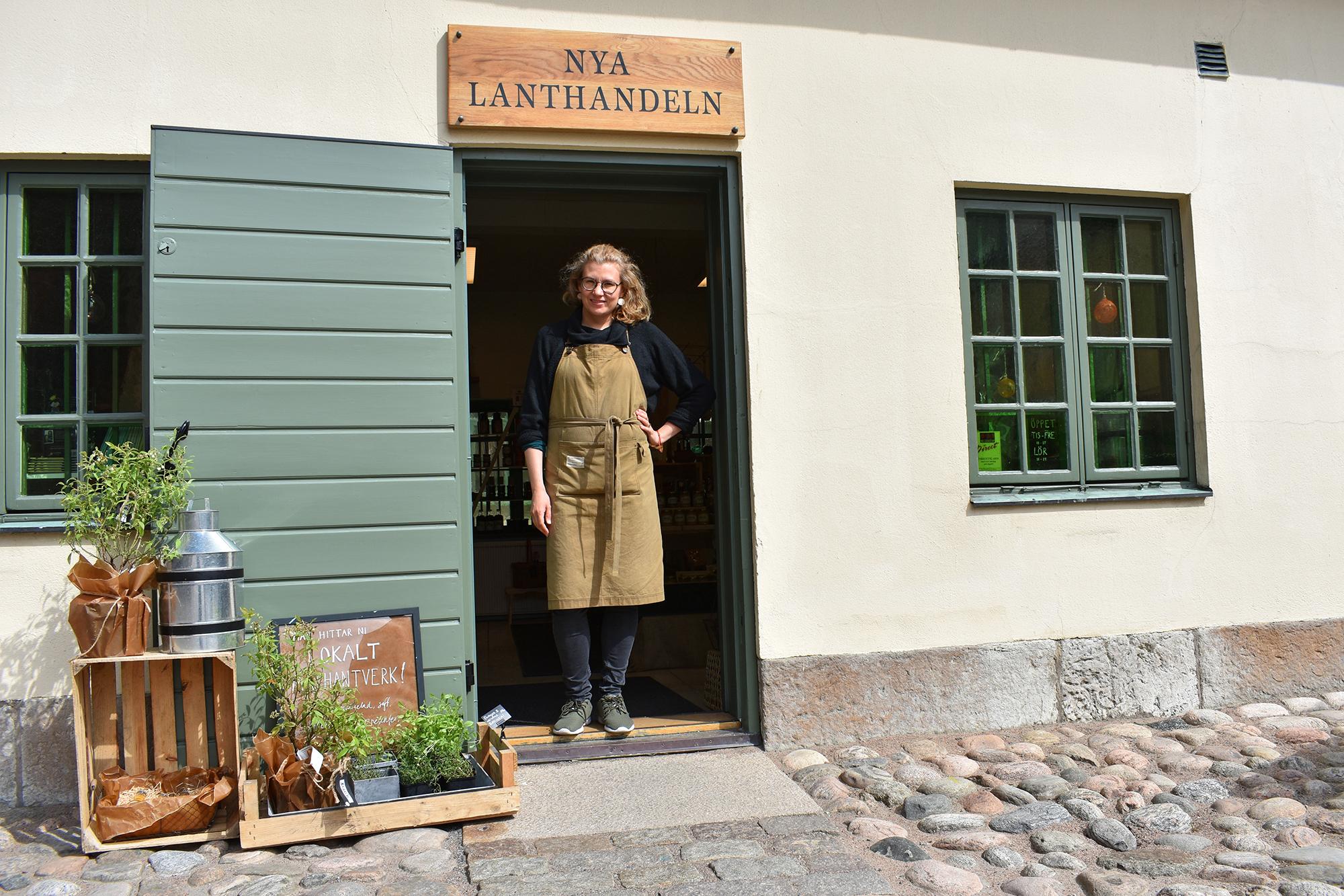 Entré till lanthandel i Kronhusbodarna. I dörren står Kristina Tsouknidas som driver butiken.